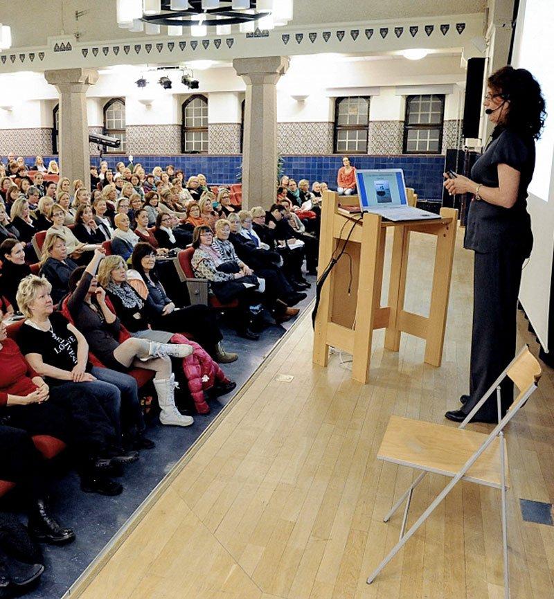 Mia Lundin är en mycket uppskattad författare och föreläsare inom funktionsmedicin, kvinnohälsa, bioidentiska hormoner, PMS, förklimakteriet och klimakteriet